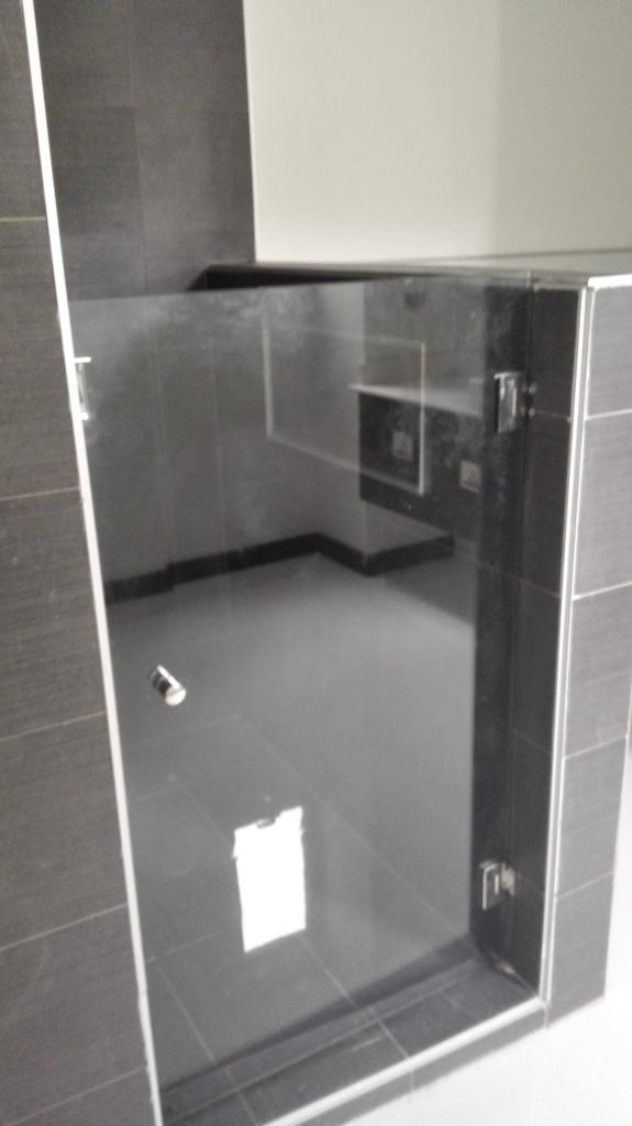 Suministro y colocación de mampara de ducha